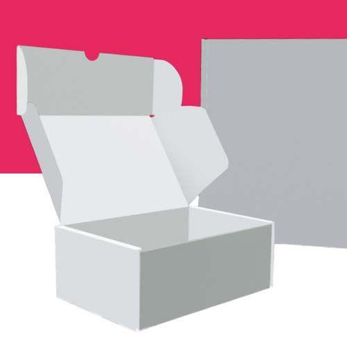 Weiße DHL-Postboxen